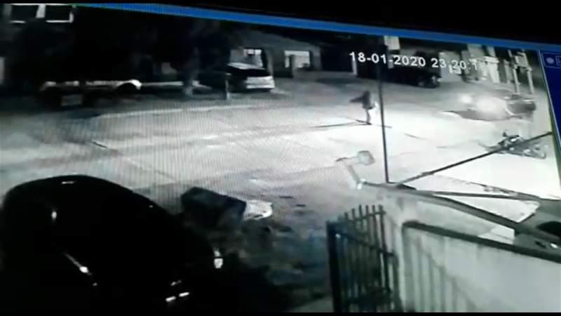 Una cámara de seguridad capta el momento justo en que la camioneta embistió al peatón.