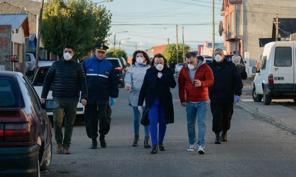 A un mes de decretada la cuarentena la gobernadora salió a la calle para mostrar su apoyo a los trabajadores de las fuerzas de seguridad. FOTO: GOBIERNO.