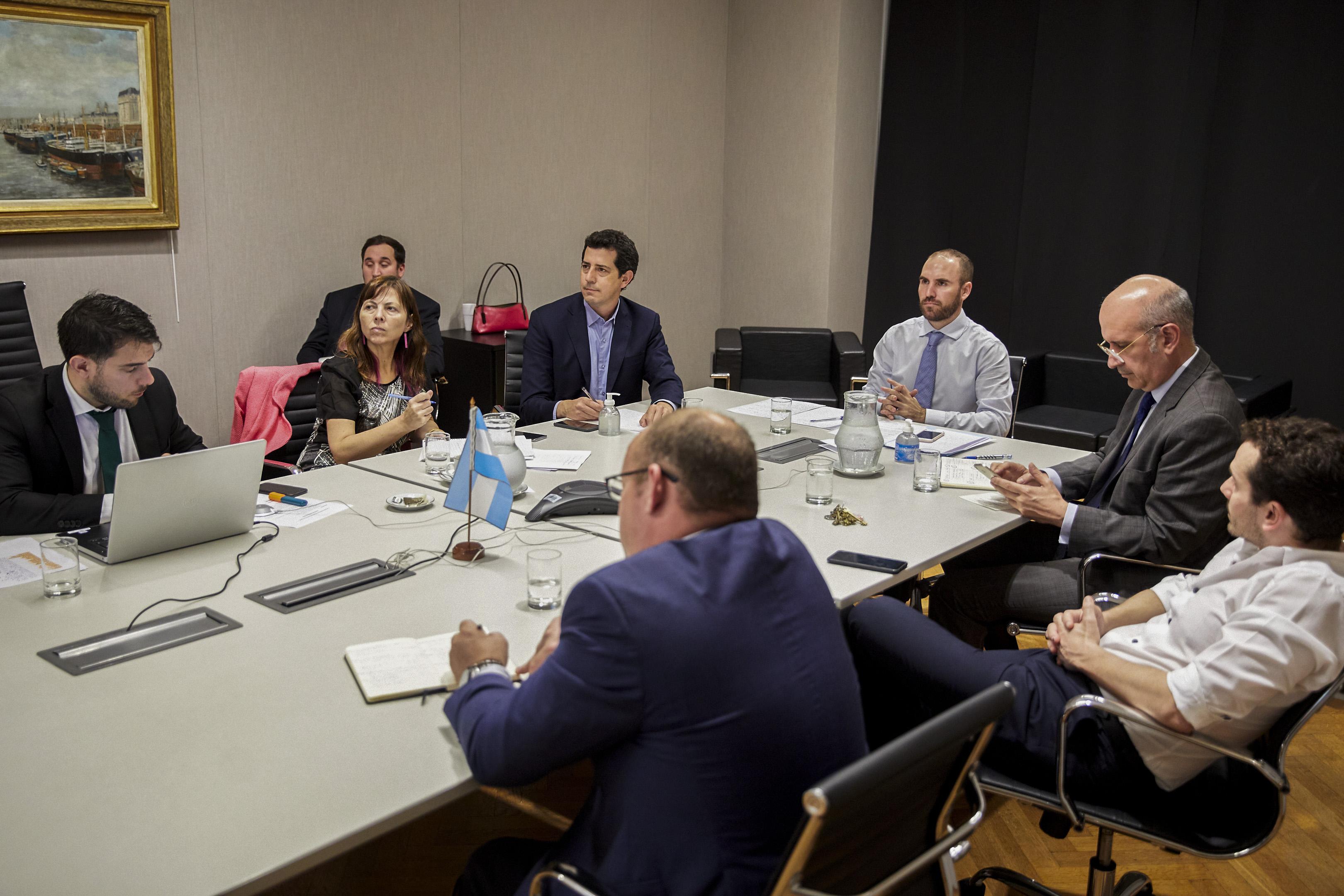 El ministro de Economía de la Nación, Martín Guzmán, junto al del Interior, Eduardo De Pedro, durante una videoconferencia con sus pares provinciales