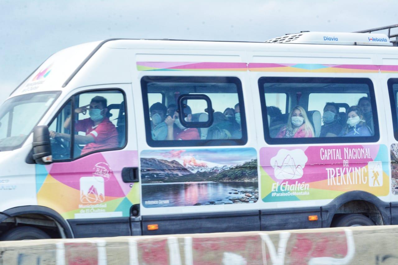 Residentes de otras provincias y extranjeros, en dirección al aeropuerto de Río Gallegos. FOTO. José Silva
