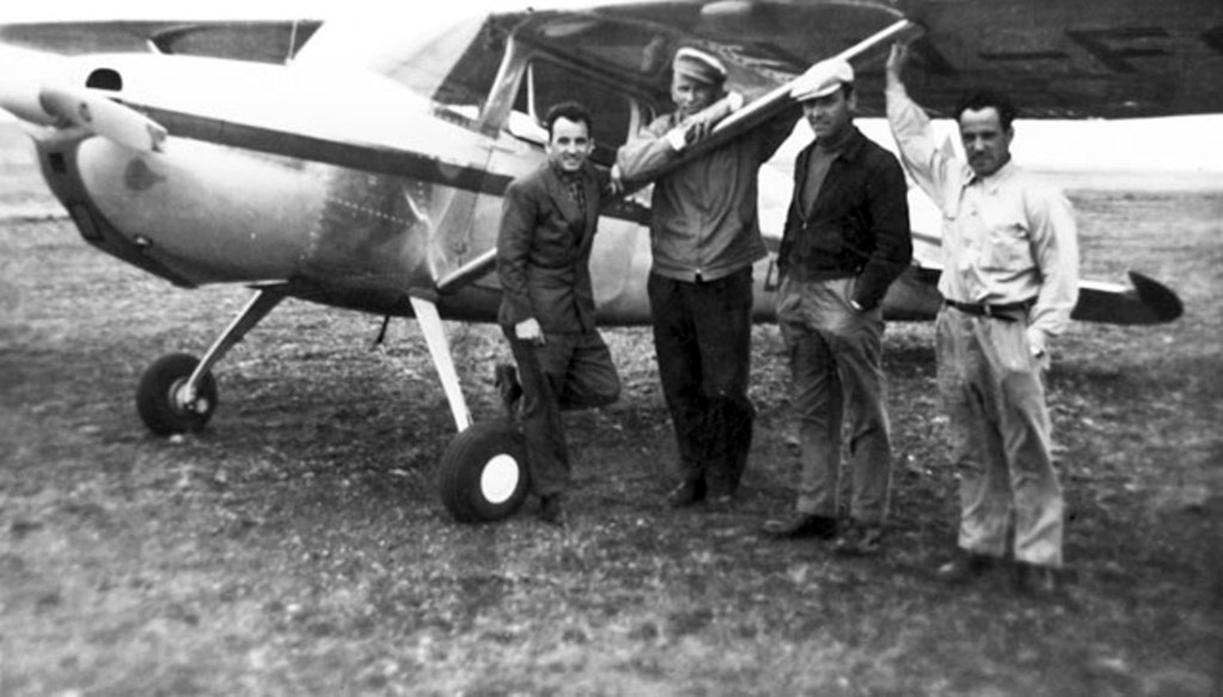 Demetrio Barbería, Ernesto Lenzner, Pat O´Byrne y otro, cuando volaban a Río Grande, años 50. FOTO GENTILEZA JULIO BELTRÁN.