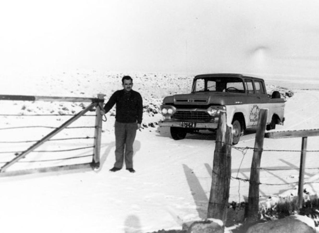 Demetrio en la tranquera, cuando instalaban los equipos de radio en las estancias, años 60. FOTO GENTILEZA JULIO BELTRÁN.