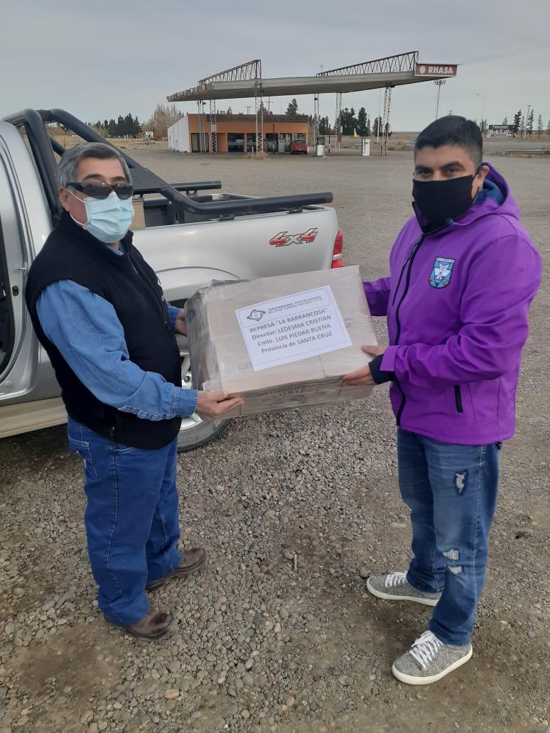 El Director de Seguridad Vial de la Municipalidad de Piedra Buena, Cristian Ledesma, recibe los barbijos que serán utilizados por el personal de controles en ruta.