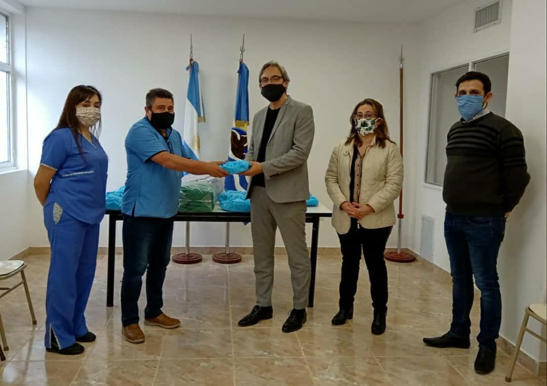El decano Guillermo Melgarejo, la licenciadaSara Ojeda y el magísterDaniel Romero, entregaron los equipos al jefe del Departamento de Enfermería del HRRG,Adolfo Vidal y la Coordinadora del área Valeria Ureta. FOTO: PRENSA UARG