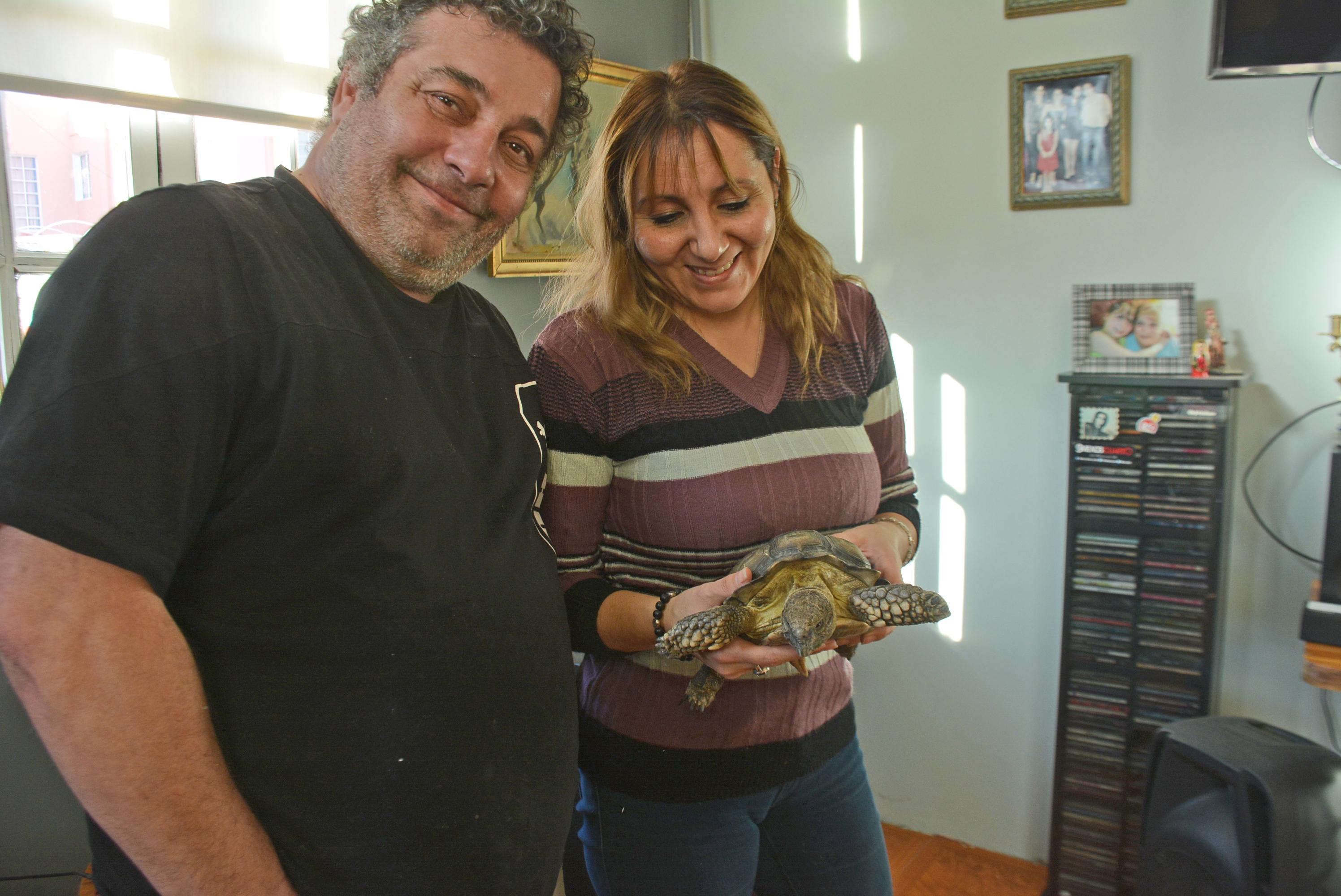 De regreso en casa, Franklin junto a Manuel y Natalia. Foto: José Silva/La Opinión Austral