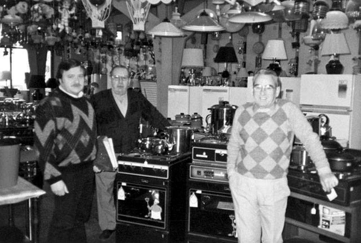 """Horacio Barbería, José Agraso y Demetrio Barbería en el interior de """"Casa Barbería"""", años 80. FOTO GENTILEZA JULIO BELTRÁN."""
