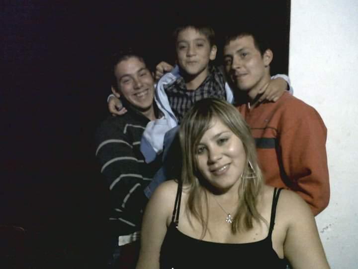 Jesica Minaglia con sus hermanos Ian, Joaquín, de rayado, y Jonathan, con buzo naranja,