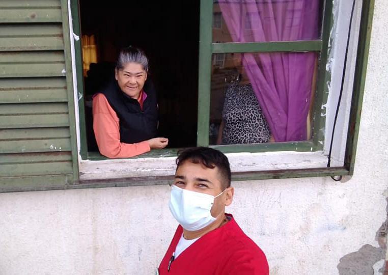 Gloria recibió el cuadernillo que le entregó el enfermero de la institución. FOTO: FACEBOOK 'CENTRO DE DÍA'