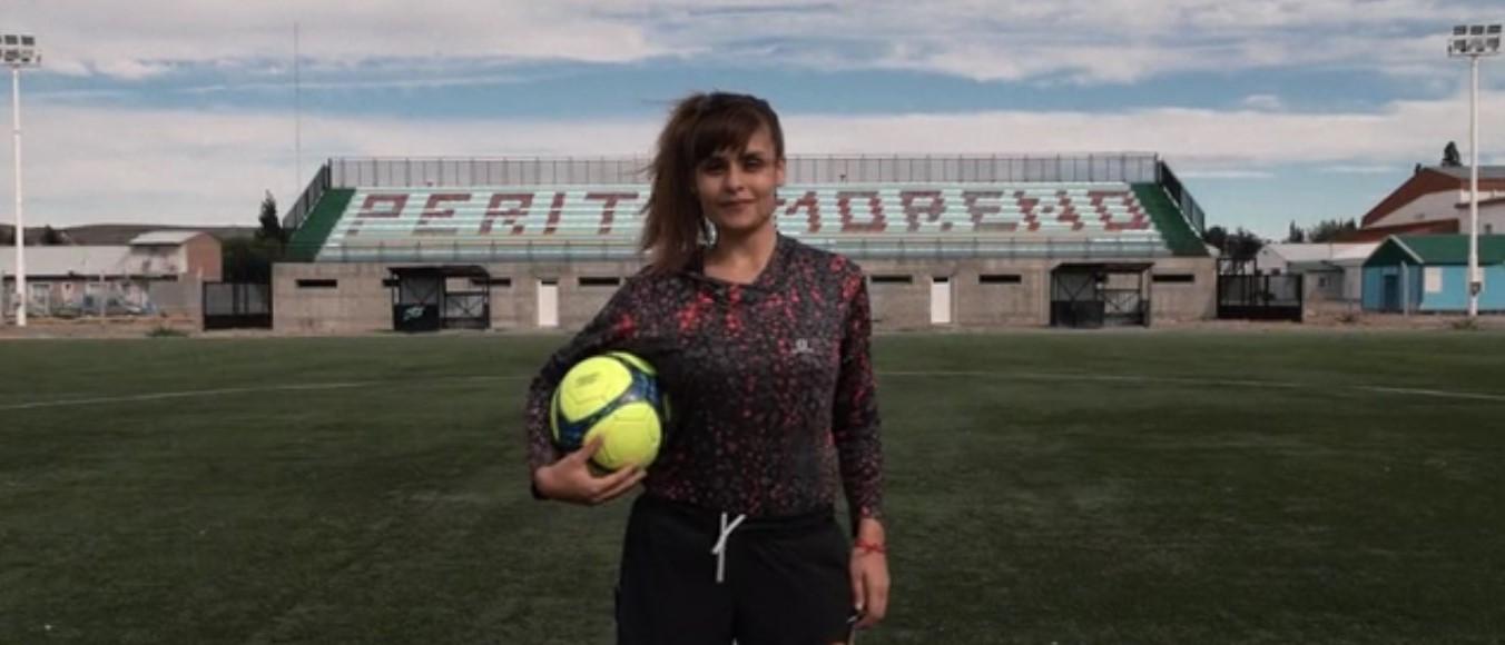 Dalma juega al fútbol con sus compañeros y también con sus amigas en Perito Moreno.