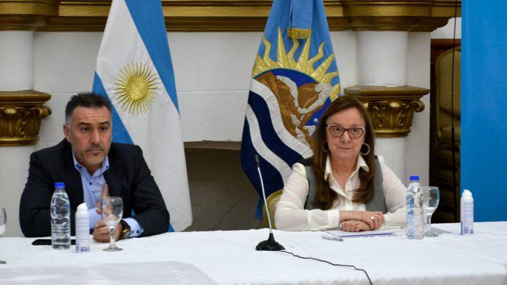 """Alicia Kirchner cuando pidió por el barril criollo: """"No podemos perder más tiempo"""". Al lado su jefe de Gabinete Leonardo Álvarez."""