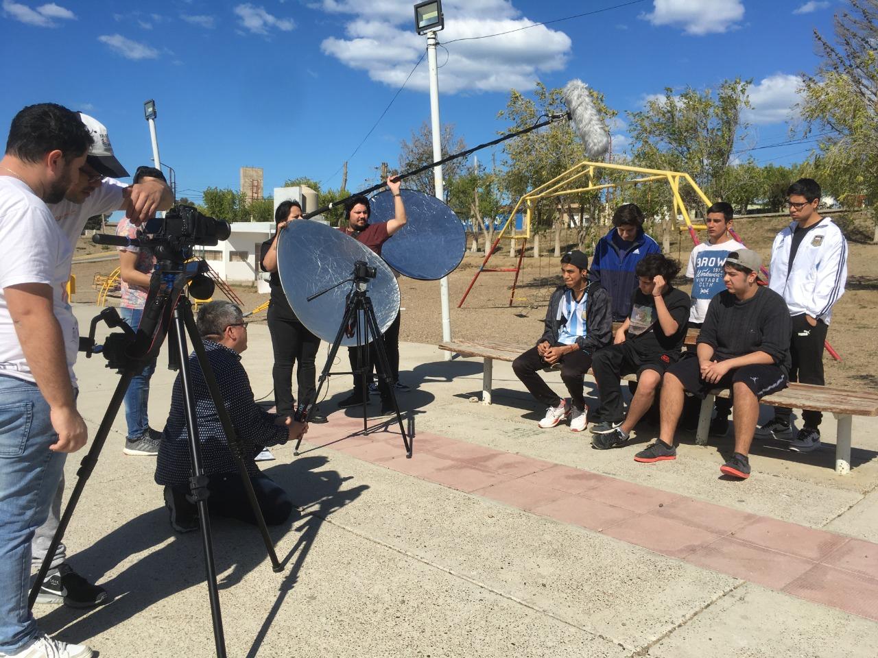 El equipo de realización filmó algunos eventos de 'malvinización' durante el año 2019. Aquí entrevistando a adolescentes de distintos barrios caletenses. Foto: L. Silva.