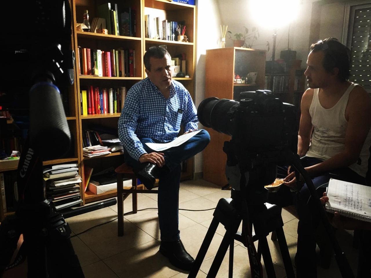 El ingeniero Javier Cuestas, hijo del radioaficionado que logró comunicarse con Luis Maza durante la guerra, relata esa historia para los realizadores.