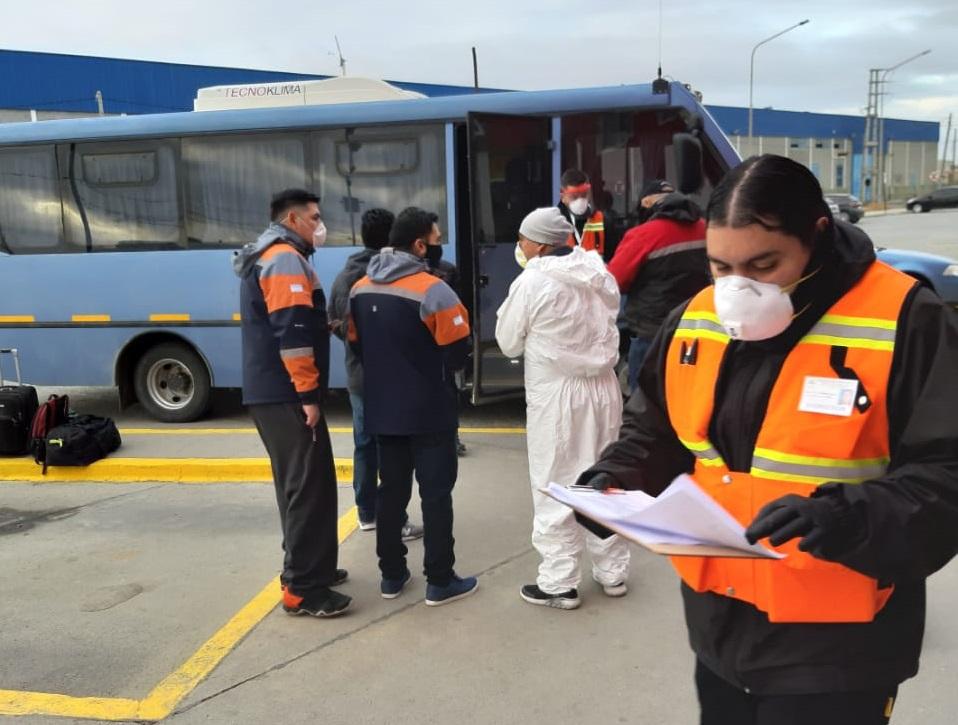 Mineros en uno de los operativos de traslado organizado por el gobierno provincial.