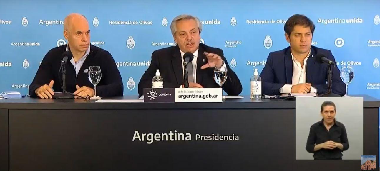El presidente Alberto Fernández, acompañado por el gobernador bonaerense, Axel Kicillof, y el jefe de Gobierno porteño, Horacio Rodríguez Larreta.