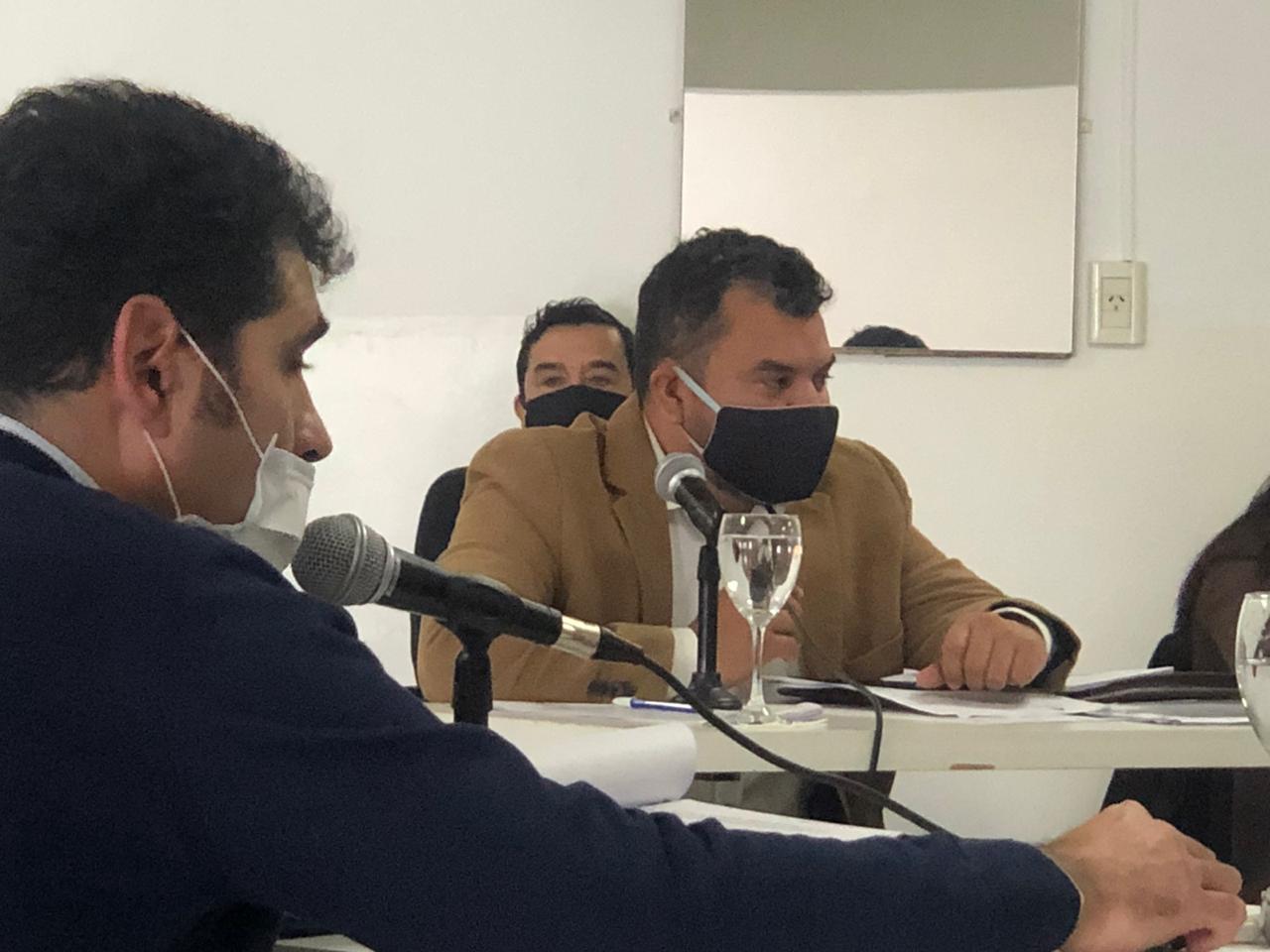 Juárez, con barbijo negro; Bazán, estrenando banca con barbijo y nariz destapada. Foto: Emir Silva para LOZN.
