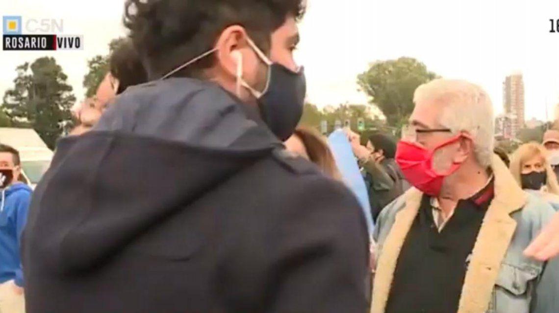 Los manifestantes comenzaron a golpear el micrófono y a empujar a los trabajadores del canal.