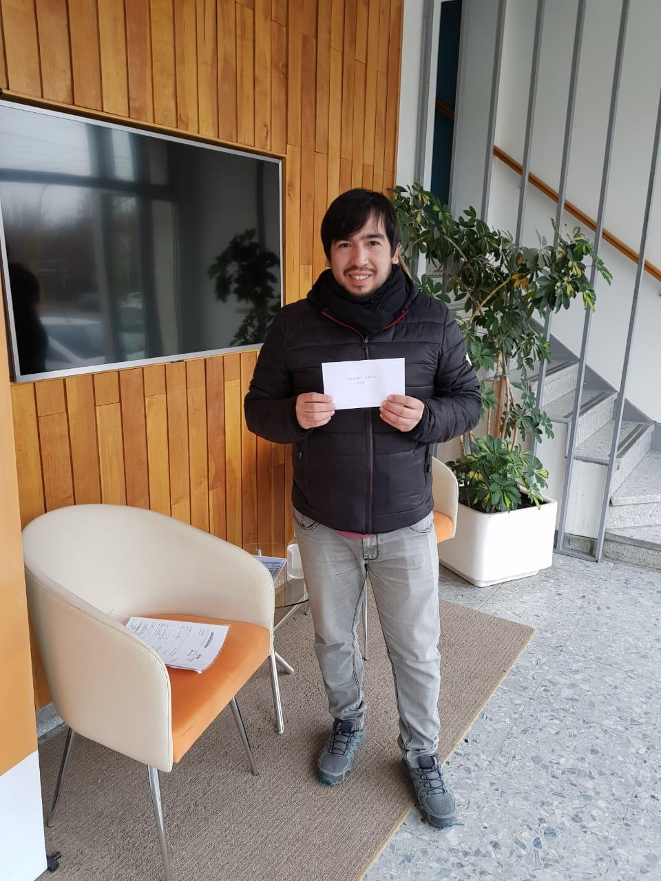 Ricardo buscó el premio que ganó su mamá Emilia.