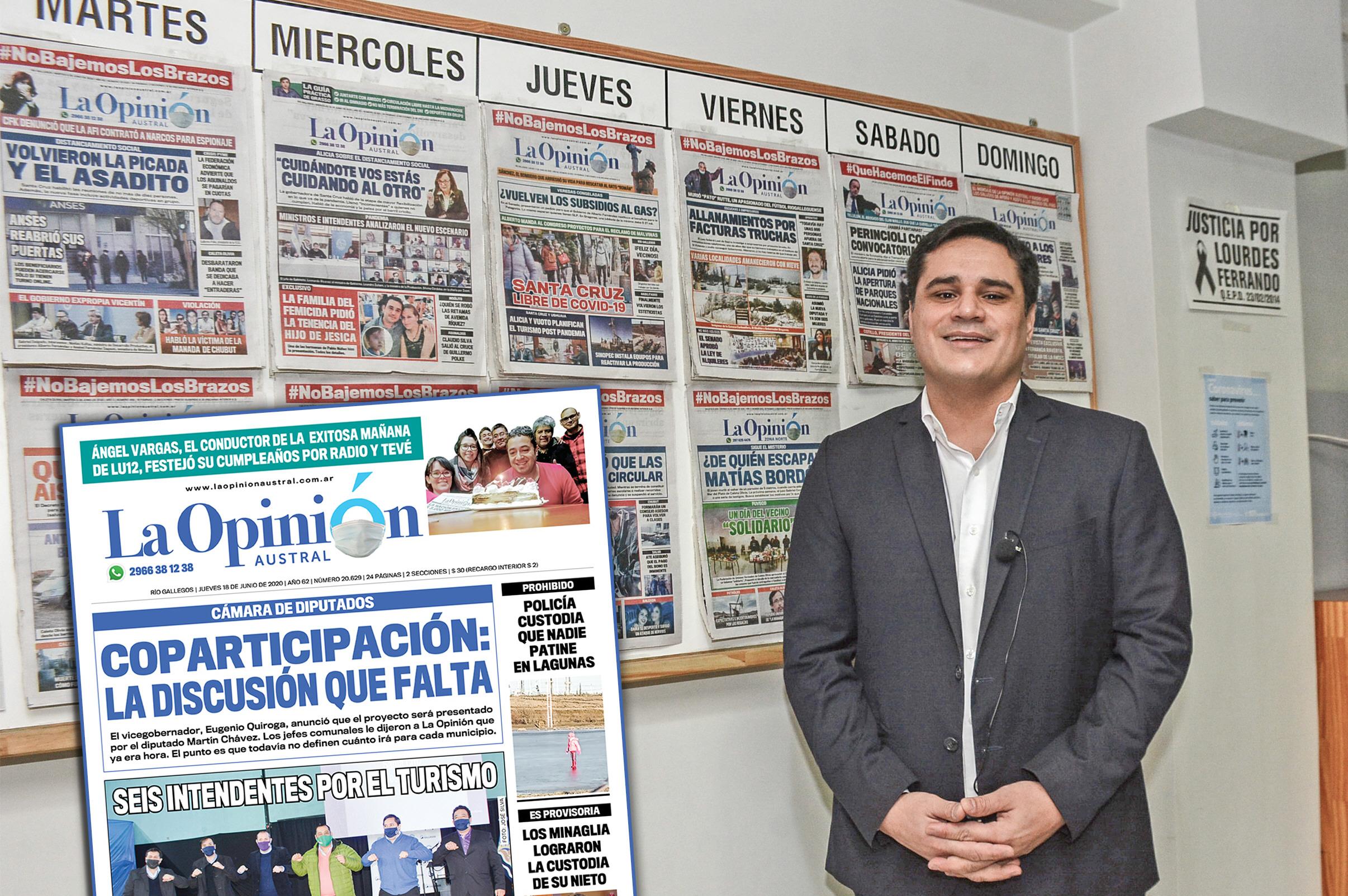 Con las tapas del diario, que la semana pasada tituló con la coparticipación. FOTO: JOSÉ SILVA
