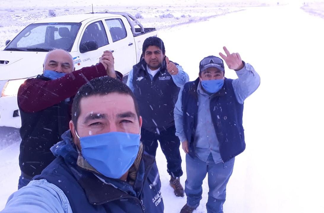 Trabajadores del Yacimiento Las Vegas continúan la labor bajo la nieve.