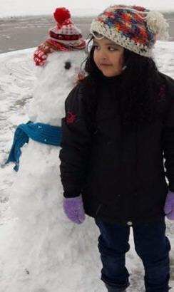 Isabel, del barrio PROCREAR, hizo su primer muñeco de nieve.