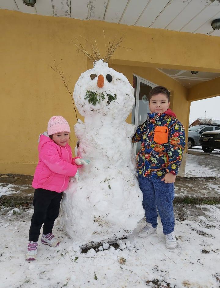 A Dulce de 3 años y Noah de 7 los ayudaron sus papás.