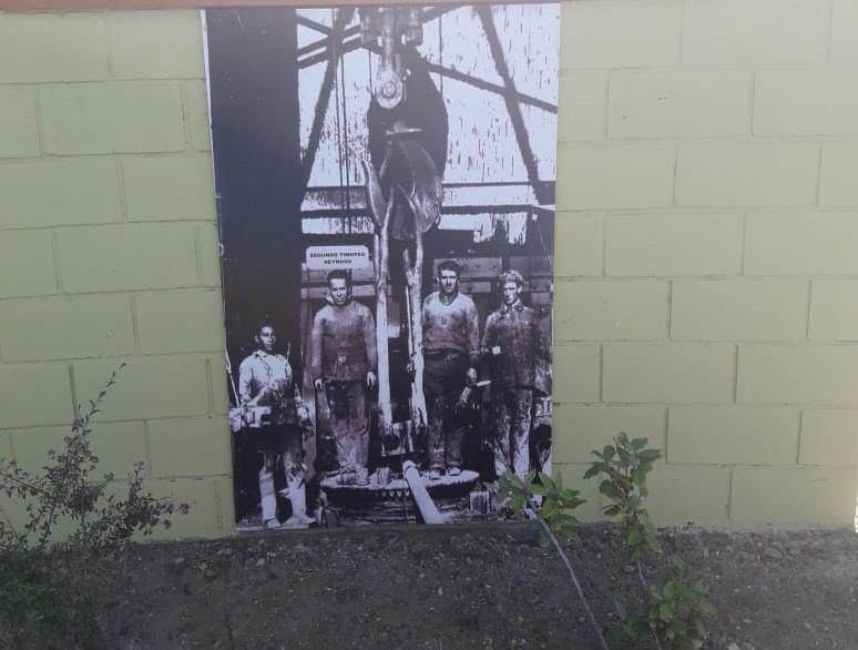 Los petroleros posan junto al pozo O-12 de Cañadón Seco. FOTO ARCHIVO