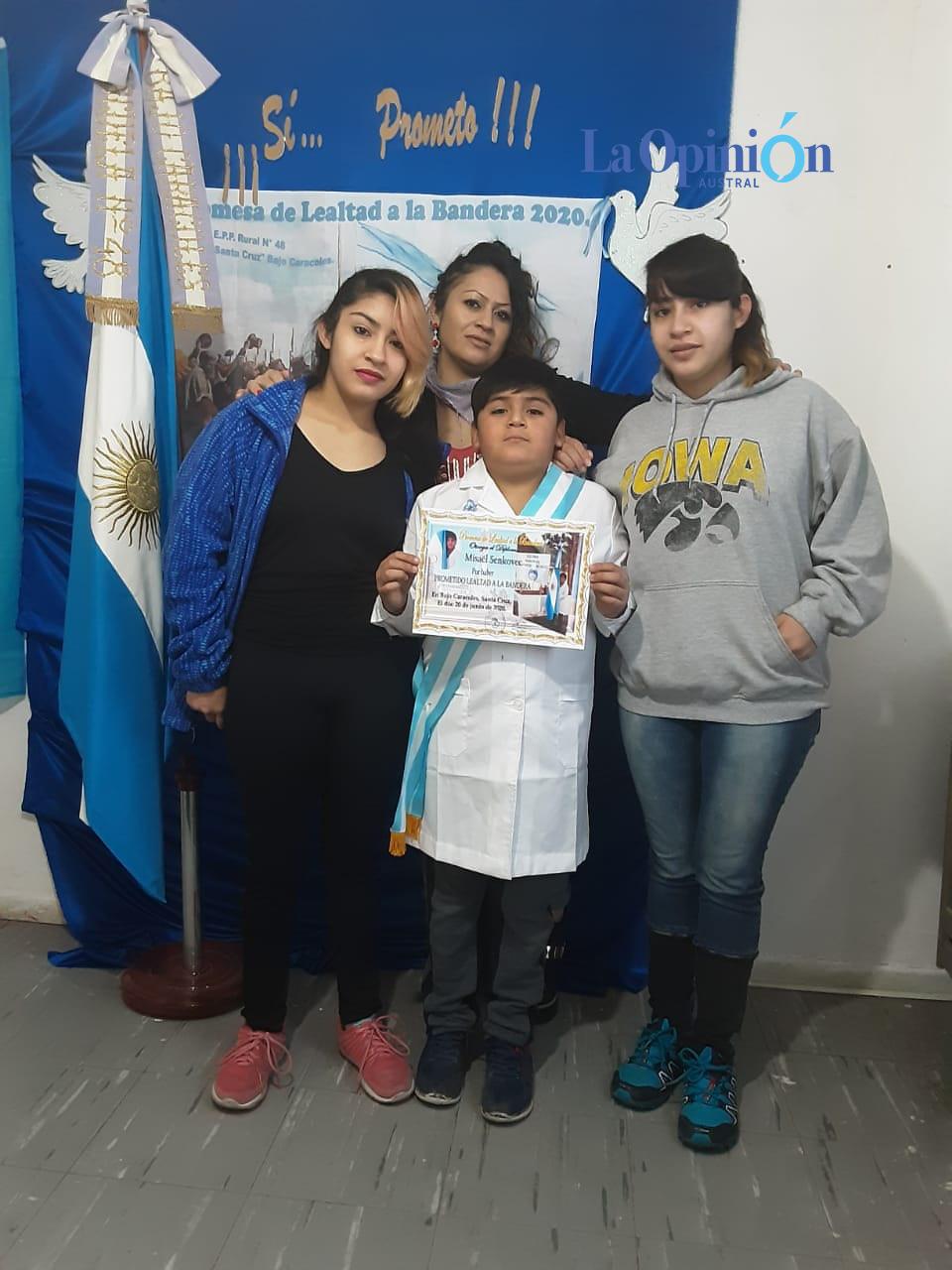 Misael con su familia que lo acompañó a la escuela para la jura histórica a 200 años de la muerte de Manuel Belgrano.