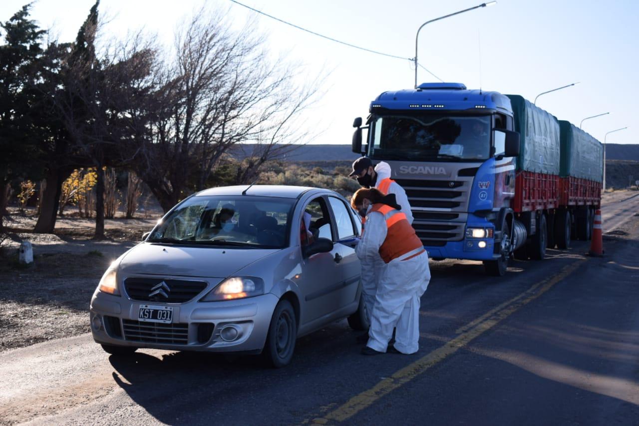 Los controles en Ramón Santos, sobre Ruta 3, tras el acuerdo para mantener la actividad en los yacimientos de petróleo.