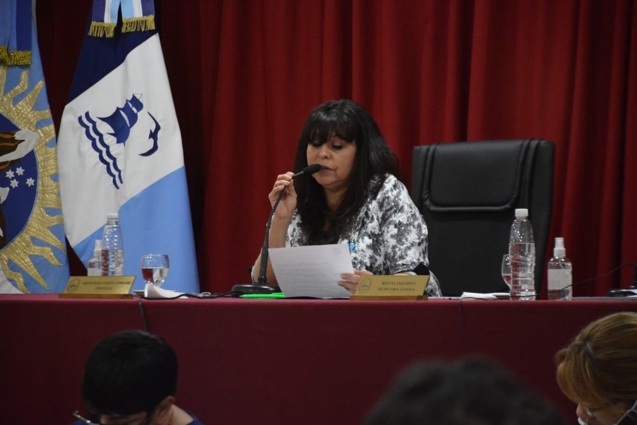 La concejal Paola Costa presidió la sesión extraordinaria donde aceptaron la renuncia de Emilio Maldonado.