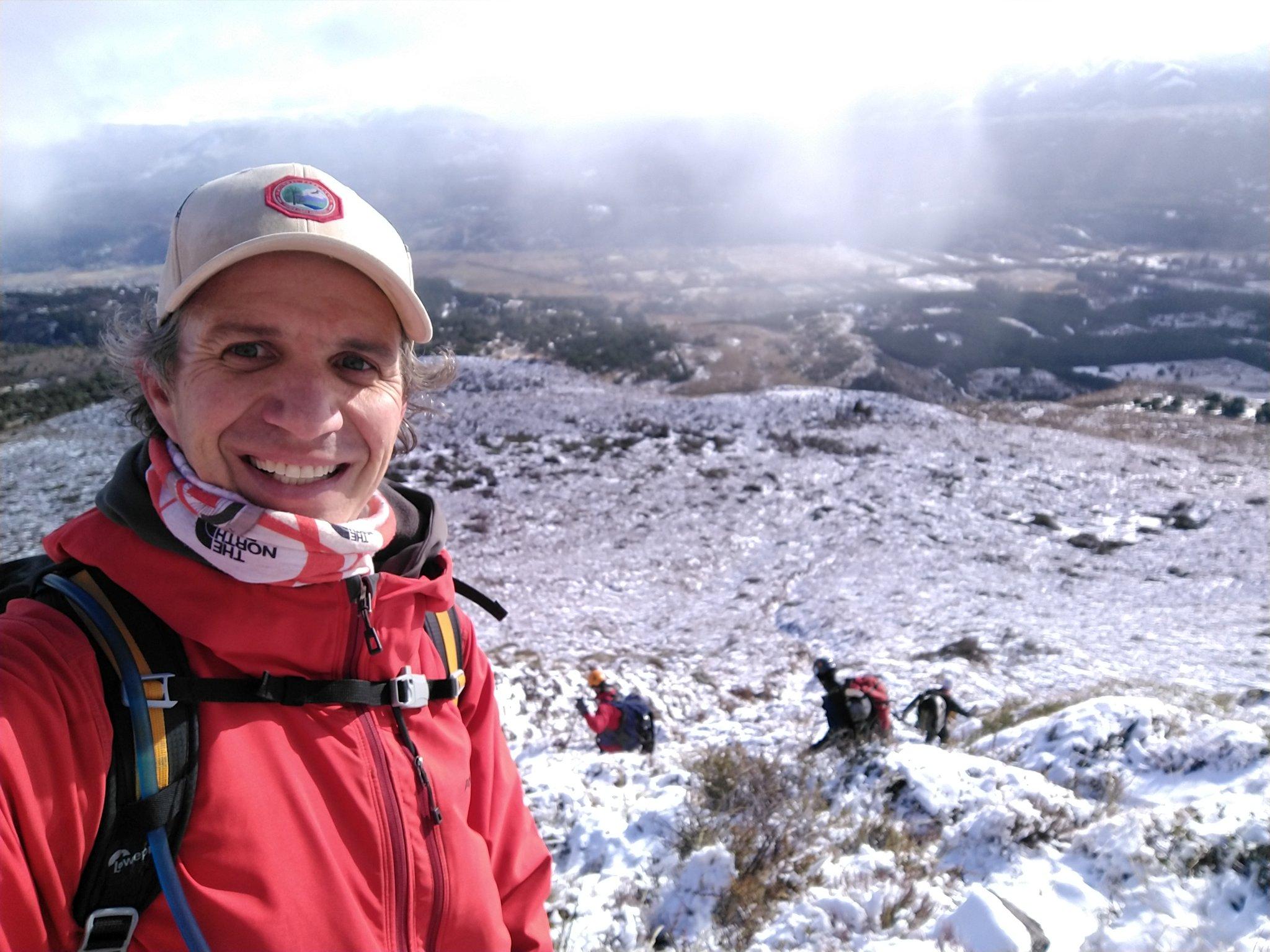 El reportero Federico Soto, bajando del cerro tras conocer el hallazgo de Ricardo. 'Bajando felices!!! Gracias!!!!', publicó en Twitter.