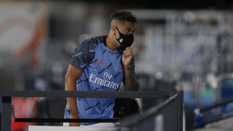 Mariano Díaz, futbolista de Real Madrid, camina con barbijo.