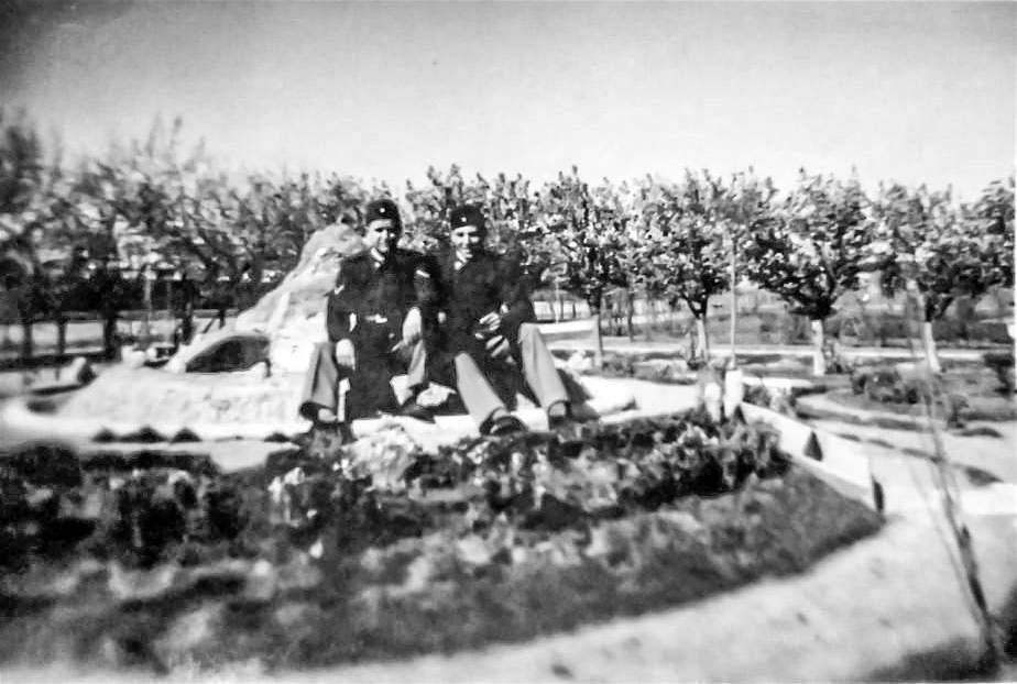 Máximo Krecul a la derecha y Juan a la izquierda, hace 62 años en Río Gallegos.