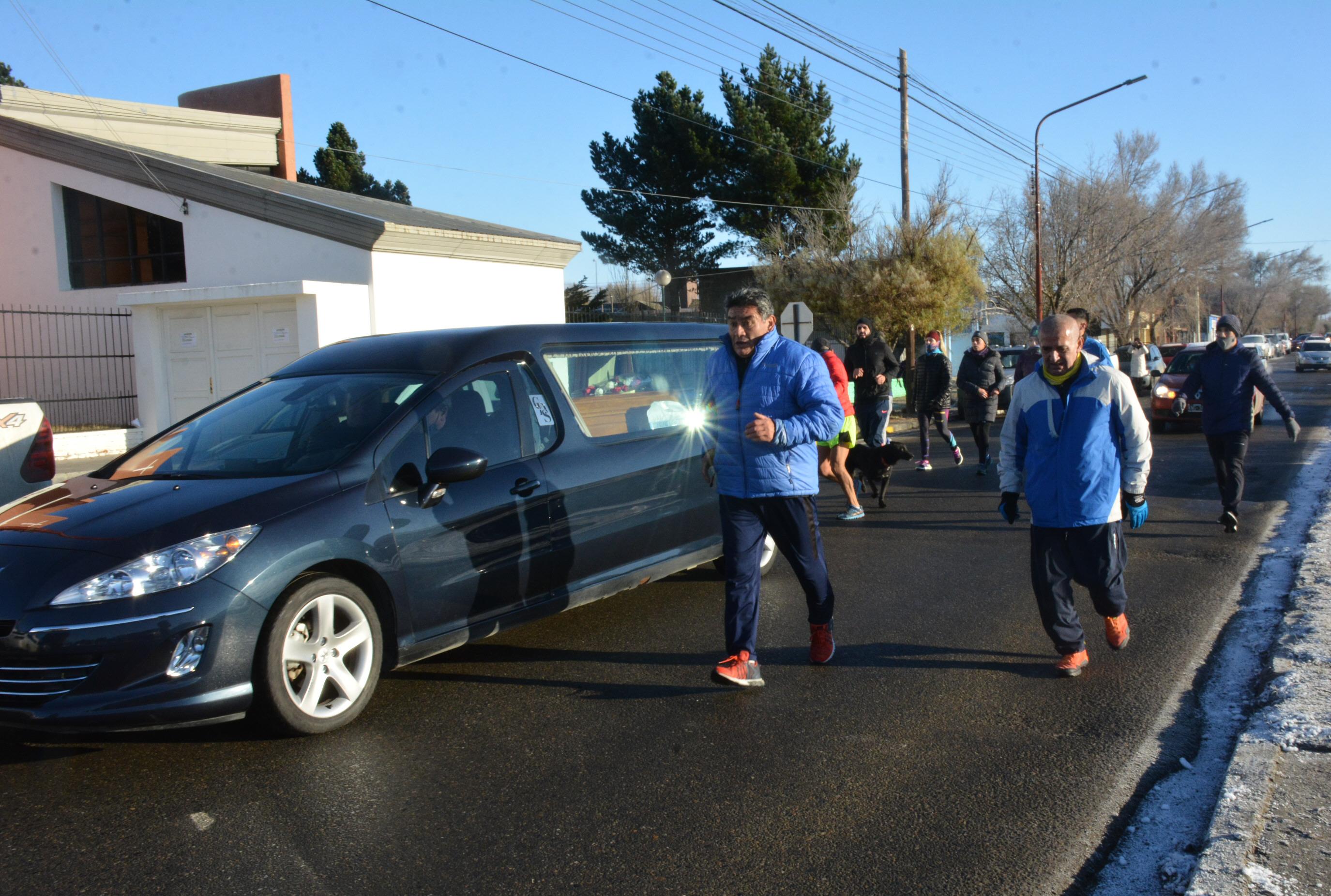 Sus amigos runners corrieron detrás de él, escoltándolo hasta el cementerio