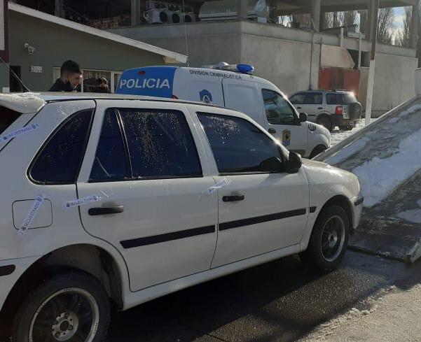 Momento en que la Policía secuestraba el auto de Facundo Gómez.