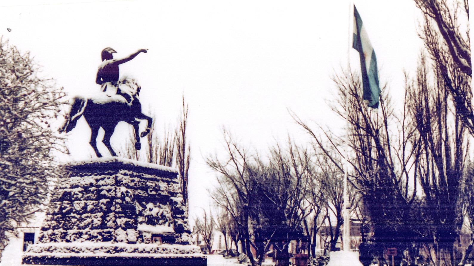 La plaza San Martín reflejó una postal increíble de nieve, árboles y el tradicional monumento patrio. FOTO ARCHIVO LOA