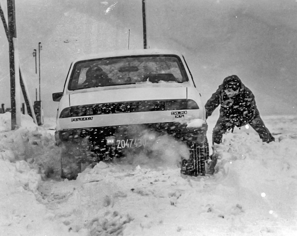 Un vecino lucha contra el temporal de nieve para despejar su Peugeot 504. FOTO ARCHIVO LOA