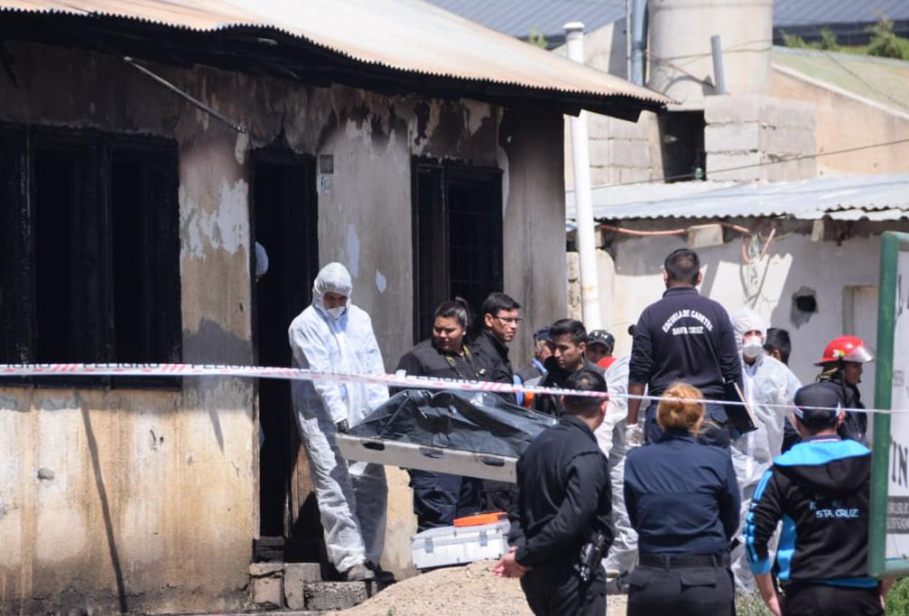 Así sacaban los cuerpos tras el incendio intencional. FOTO: DAVID CAPITANELLI / LA OPINIÓN ZONA NORTE