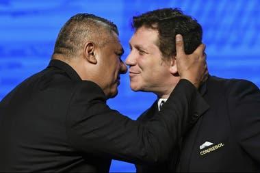 Saludo entre 'Chiqui' Tapia y Alejandro Domínguez, presidente de Conmebol.