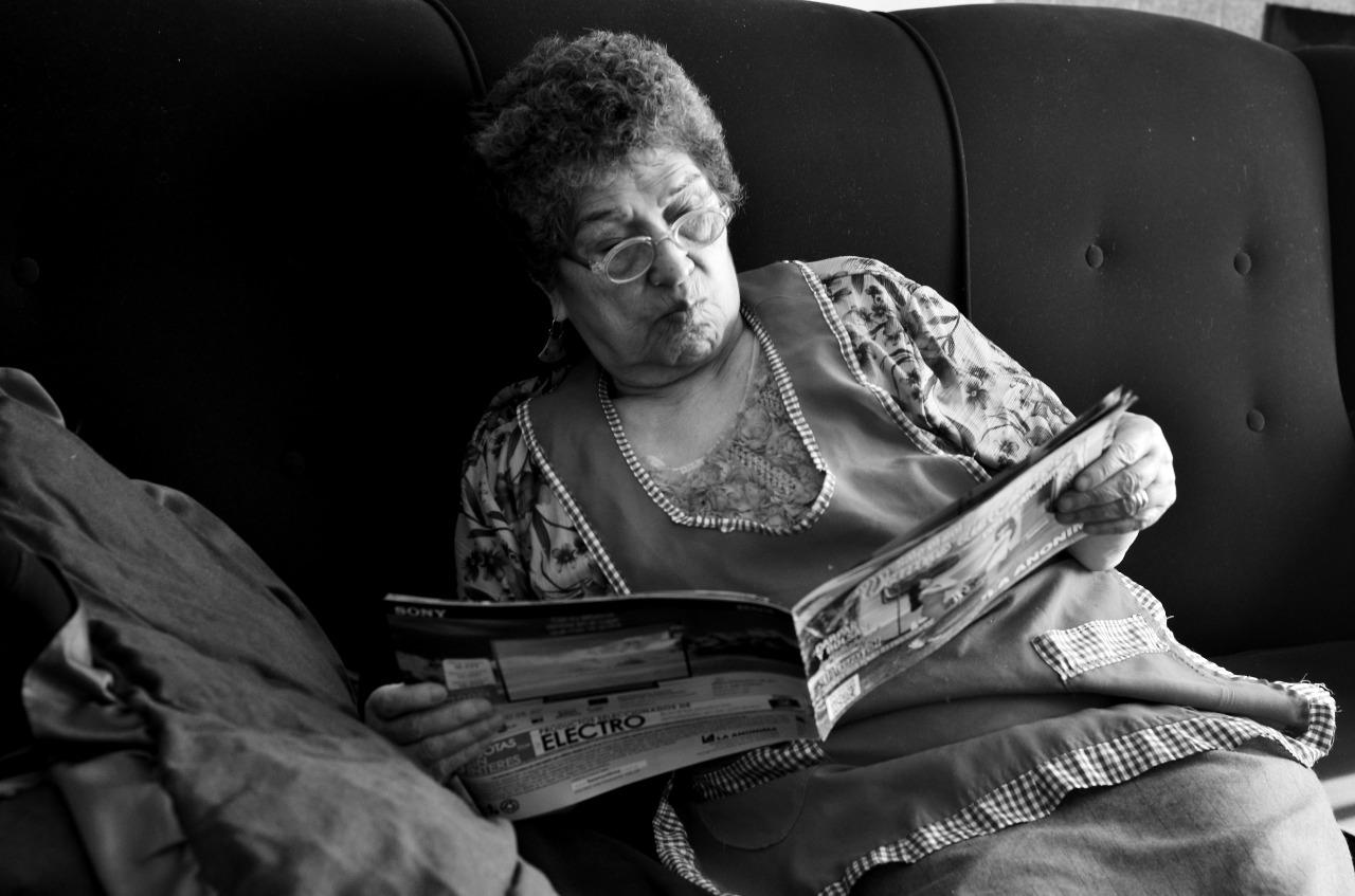 Leer es uno de sus pasatiempos preferidos. Libros, revistas o diarios. FOTO: Carola Borquez