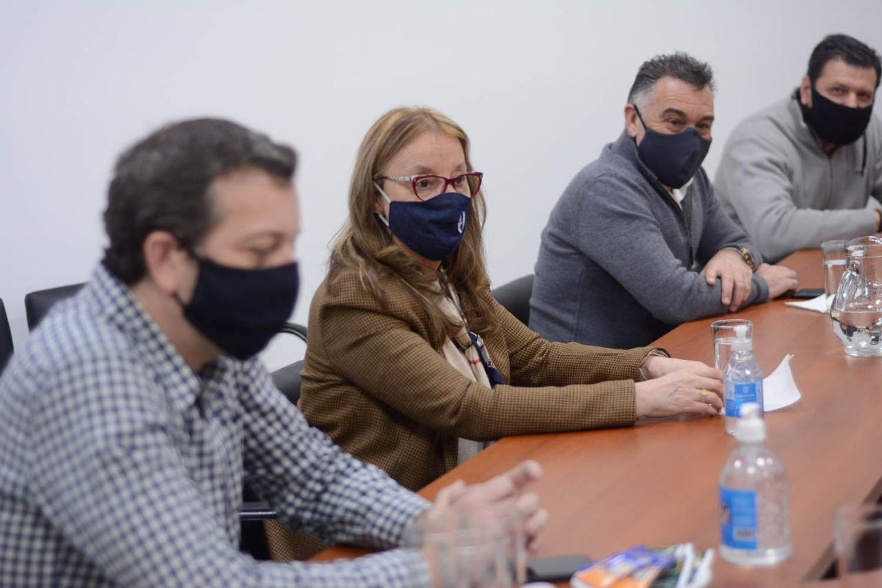 La gobernadora estuvo acompañada por el jefe de Gabinete Leonardo Álvarez y el ministro de Economía, Ignacio Perincioli.