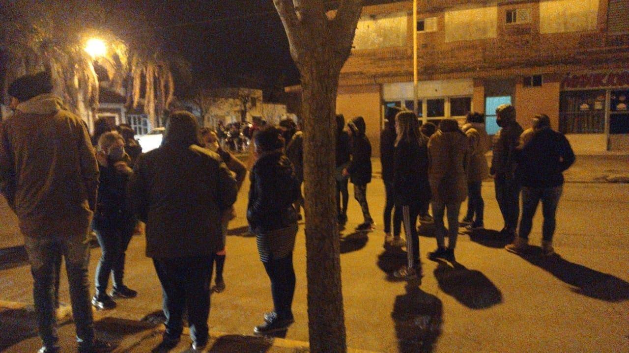 Vecinos se aglomeraron frente a la comisaria en la noche del sábado para pedir Justicia.