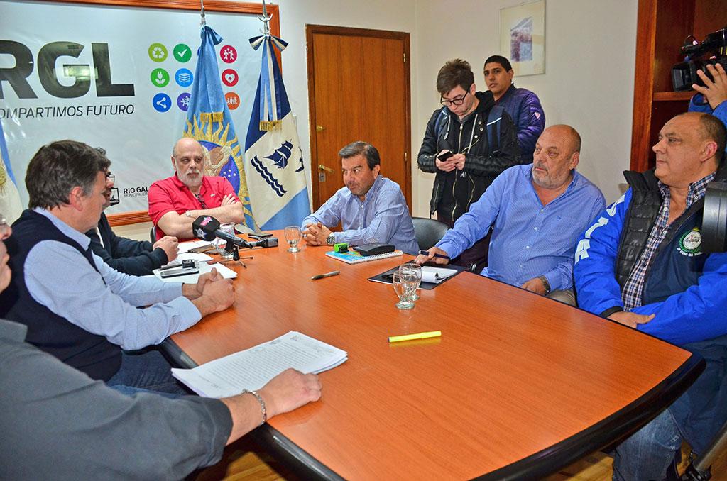 El momento en el que el ex intendente Roberto Giubetich cerraba la concesión con la empresa de colectivos Maxia. ARCHIVO