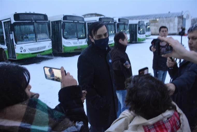 El intendente Pablo Grasso fue a tomar posesión al predio de Maxia para poner en funcionamiento el transporte urbano tras varios días de paralizado el servicio. FOTO: JOSÉ SILVA.