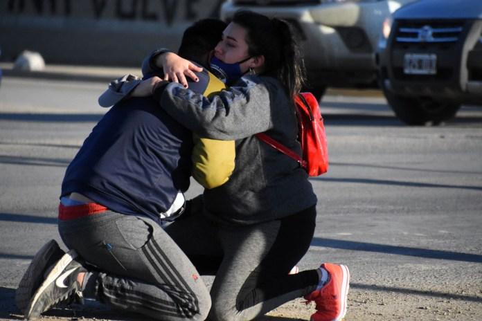 El dolor de la familia que llegó al lugar, minutos después del accidente. FOTO: diariocronica.com.ar