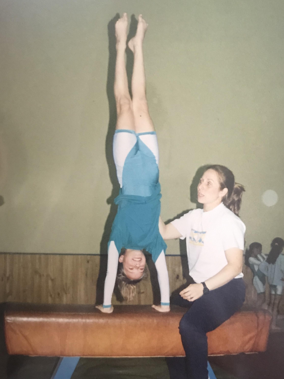 Analía Rottenberg practicando gimnasia artística.