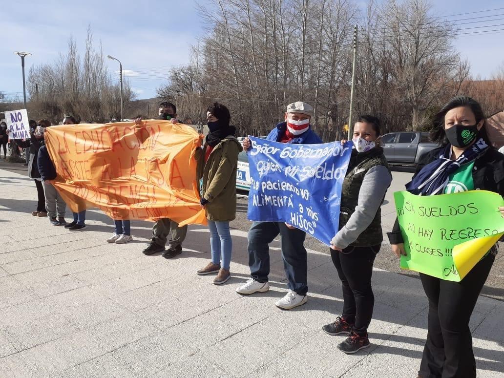Los trabajadores estatales aprovecharon la visita del gobernador para manifestarse.