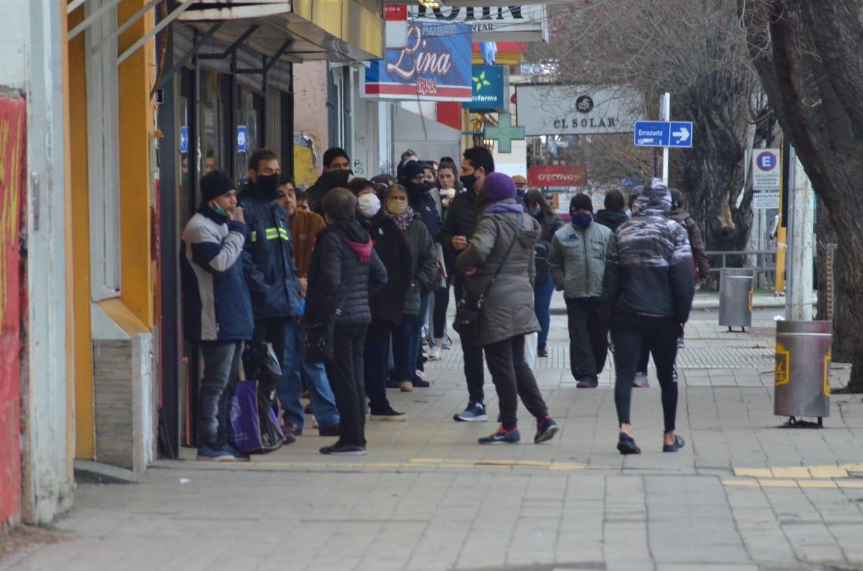 Primer día de cuarentena 2 la gente hizo cola para ir al supermercado, abierto de 10 de 17 horas. FOTO: JOSÉ SILVA