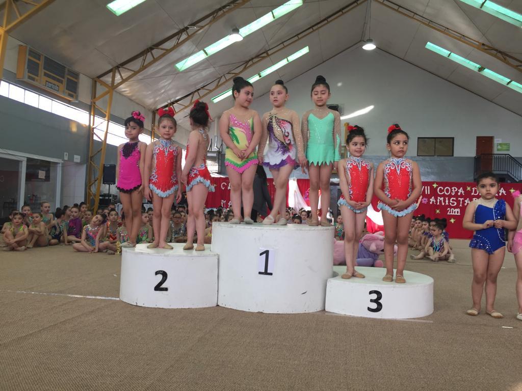 Las gimnastas en el segundo y tercer lugar del podio en categoría Trío Pre Mini.