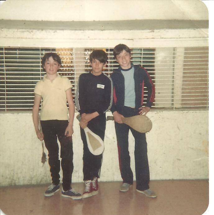 En 1982 en la cancha de paleta del Boxing, Oscar, su hermano Fernando y Víctor Romero, un amigo de ambos. grandes y esforzados valores de la paleta local de los últimos 15 años. FOTO GENTILEZA: FAMILIA TOURVILLE