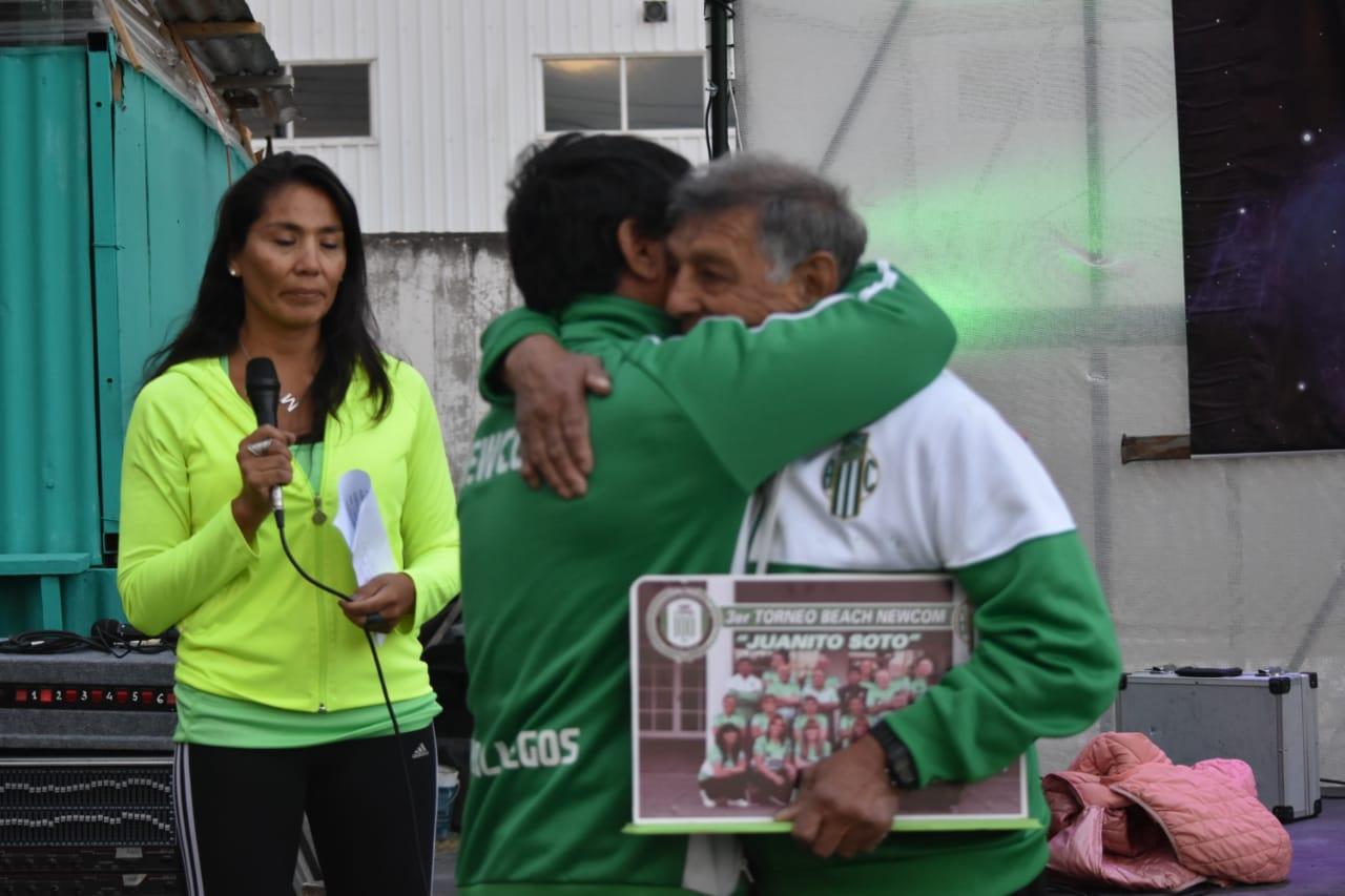 El abrazo de 'Pato' Kaiser y Juanito Soto en el torneo realizado en febrero-marzo 2020.